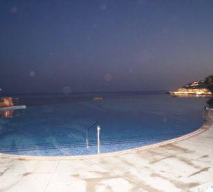 Grosser infinity Pool mit Blick auf's Meer Playacalida Spa Hotel