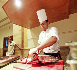 Повар готовит тунца. Hotel Shams Safaga