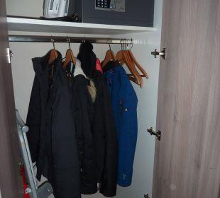 Kleiderschrank mit Safe Adagio City Aparthotel Berlin Kurfürstendamm