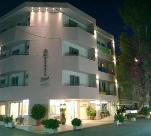 Hauptgebäude bei Nacht Hotel Corissia Beach