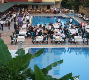 Blick von der Rutsche auf das Dinner am Abend. Club Big Blue Suite Hotel