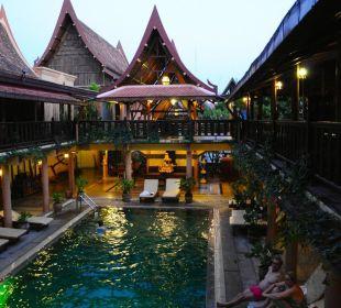 Pool im Innenhof Ruean Thai Hotel