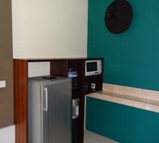 Küche mit Kühlschrank, Mikrowelle und Wassersp The Ahimsa Beach