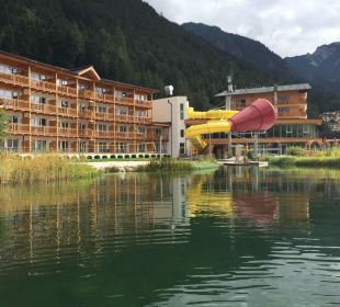 Blick auf das Hotel vom Floß aus am Badeteich Rieser's Kinderhotel Buchau