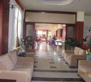 Lobby vor dem Restaurant Vantaris Beach Hotel