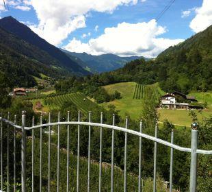 Blick von der Liegewiese ins Tal Hotel Alpenhof Passeiertal