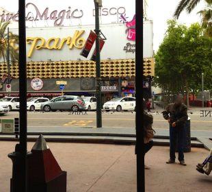 Raus aus der Tür in die Disco, auch links+rechts Hotel Xaine Park