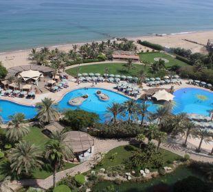 Blick aus dem Balkon Pool und Strand Hotel Le Meridien Al Aqah Beach Resort