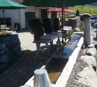 Kühles Wasser für heiße Füße vor dem Hotel Hubertus Alpin Lodge & Spa