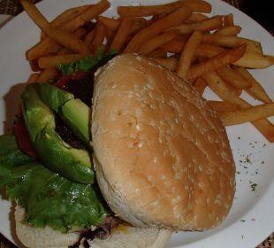 Avocadoburger im Strandrestaurant Hotel & Club Punta Leona