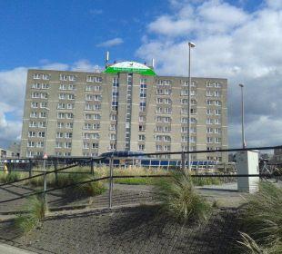 Das Hotel vom Strand aus Center Parcs Park Zandvoort Strandhotel