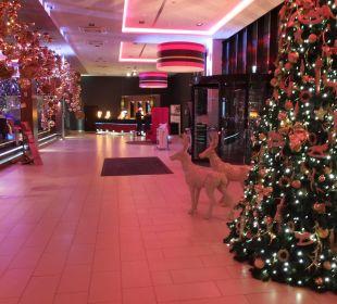 Foyer im Dezember - im Hintergrund Rezeption Leonardo Royal Hotel Munich