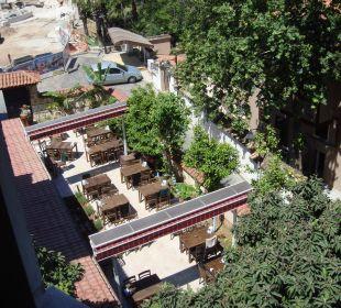 Ausblick Zimmer auf fröhliche Terrasse Aspen Hotel