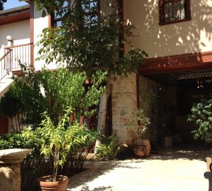 Draussen am Hotel  Mediterra Art Hotel