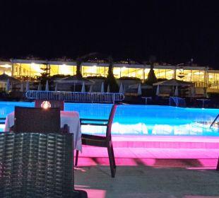 Pool mit blick auf Restaurant am Abend Club Aldiana Side