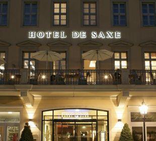 Hoteleingang bei Dunkelheit Steigenberger Hotel de Saxe