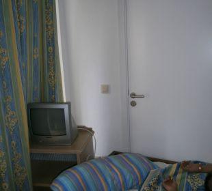 Tür war offen, nur Bett davorgestellt, sehr laut Hotel Ola Club Cecilia