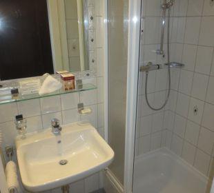 Badezimmer mit Dusche Hotel Erzherzog Rainer