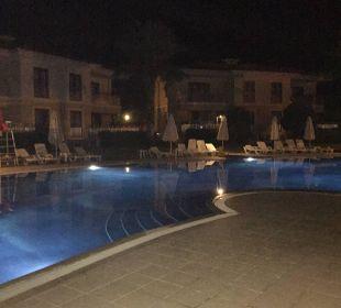 Pool am Abend Hotel The One Club
