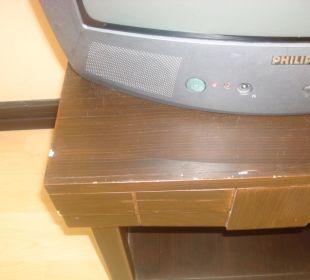 Abnutzung der Möbel unter altem Röhrenfernseher