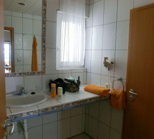 Bad m. Dusche li. hinter der Tür rechts zum WC Suitehotel Monte Marina Playa