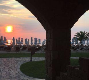 Blick von der Terrasse auf den Strand Anthemus Sea Beach Hotel & Spa
