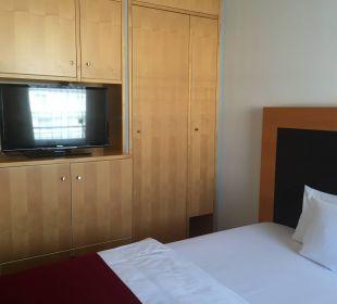 Bett und Fernseher Kongresshotel Potsdam am Templiner See