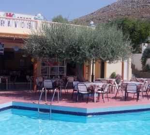 Pool mit Restaurant Hotel Karavos