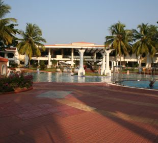 Pool und hintere Ansicht des Hotels Hotel Holiday Inn Resort Goa
