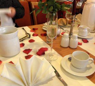 Frühstückstisch anlässlich eines Geburtstages Achat Premium Hotel Neustadt/Weinstraße