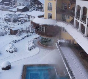 Außenpool bei Schnee Hotel Post Lermoos