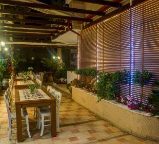 Eine andere Ecke des Gartens  Evdion Hotel