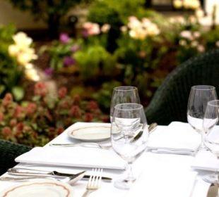 Tisch im Garten des Hotel München Palace Hotel München Palace
