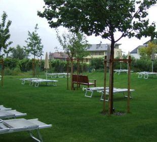Liegefläche Garten Außenpool Hotel Schwarzschmied
