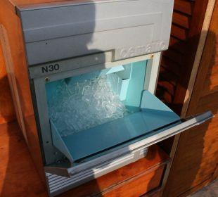 Sogar eine Eiswürfelmaschine auf der Terrasse Hotel Saturnia