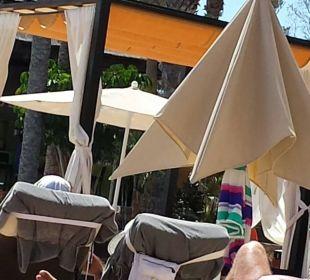 Eine Person, zwei Liegen und unbenutzter Schirm Hotel Barceló Jandia Club Premium