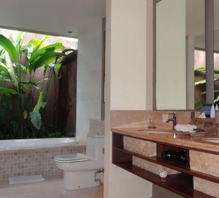 Eines der Badezimmer in unserer Villa mit Badewann The Ahimsa Beach