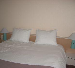 Doppelbett mit Nachttischlampen Hotel Ibis Bochum Zentrum