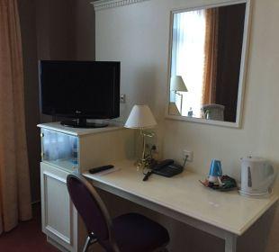 Schreibtisch und TV Hotel Wyndham Garden Quedlinburg Stadtschloss