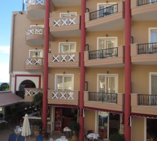 Blick auf das Nachbarhotel Evillion Evdion Hotel