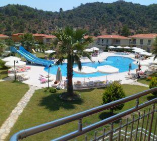 Ausblick aus dem Zimmer auf die Poolanlage Hotel The One Club