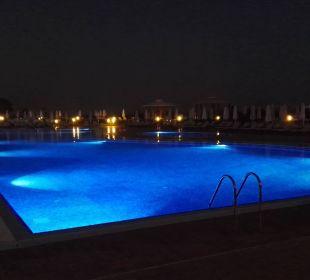 Beleuchteter Pool am Abend. SENTIDO Gold Island