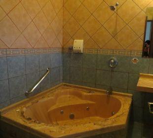 Badezimmer dunkel aber gross Hotel Montana de Fuego