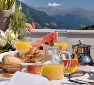 Frühstück auf der Gartenterrasse Hotel Alpenhof Passeiertal
