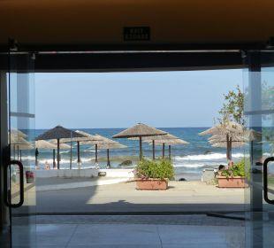 Blick am Empfang raus aus dem Hotel zum Strand dir Hotel Corissia Princess