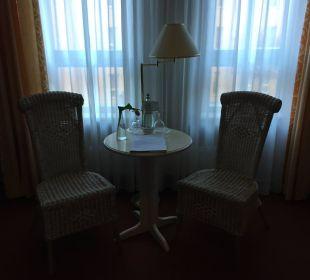 Sitzecke und Tisch mit Begrüßungsgeschenk Hotel Wyndham Garden Quedlinburg Stadtschloss