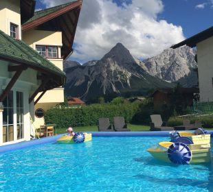 Bootfahren für Kinder mit tollem Ausblick. Leading Family Hotel & Resort Alpenrose