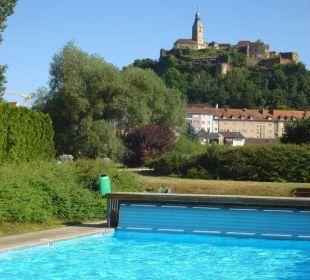 Pool mit Blick auf Burg Sporthotel Aktivpark Güssing