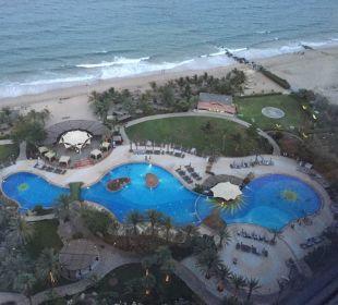 Pool von oben Hotel Le Meridien Al Aqah Beach Resort