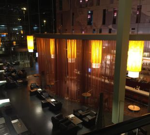 Blick von der 1. Etage auf die Empfangshalle Radisson Blu Hotel Köln